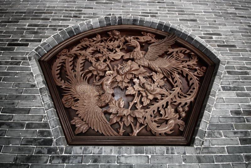 Скульптура стены surround летая 2 китайского лебедей с цветками стоковое фото rf