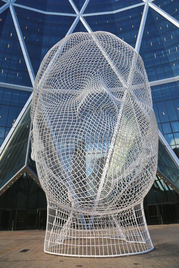 Скульптура страны чудес Jaume Plensa в фронте башни смычка в Калгари стоковые изображения rf