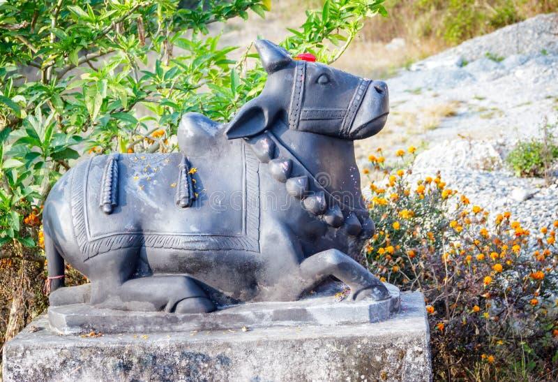 Скульптура Bull Nandi Shiva в Pokhara, Непале стоковые фотографии rf