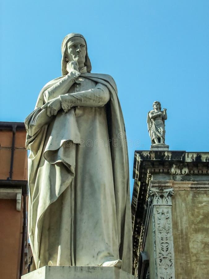 Скульптура Dante в Вероне стоковая фотография rf