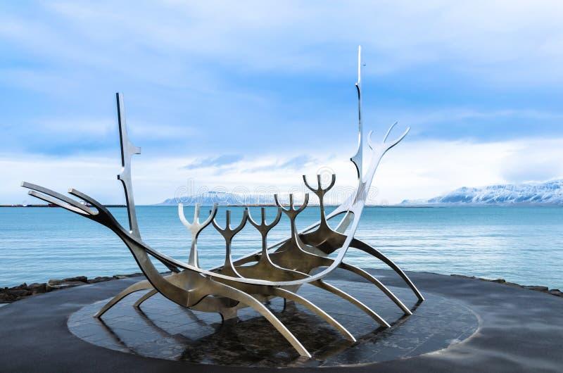 Скульптура dreamboat Voyager Солнця в Reykjavik, Исландии стоковое фото