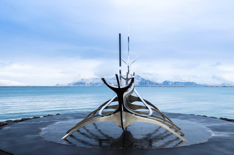 Скульптура dreamboat Voyager Солнця в Reykjavik, Исландии стоковые изображения rf