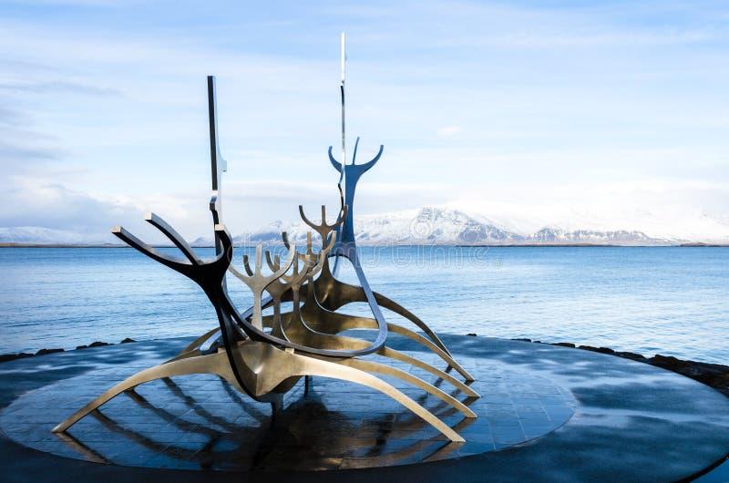 Скульптура dreamboat Voyager Солнця в Reykjavik, Исландии стоковая фотография
