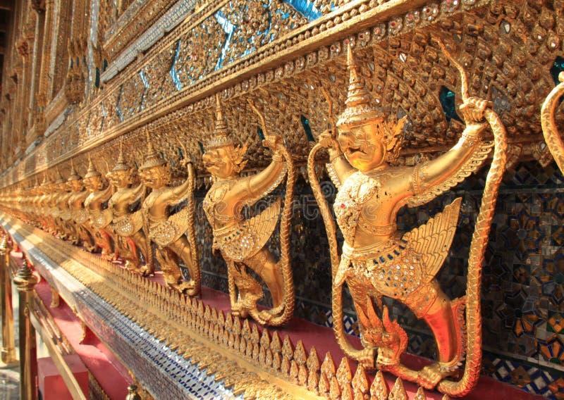 Скульптура Garuda на дворце Таиланда королевском, Бангкоке, Таиланде стоковые изображения rf