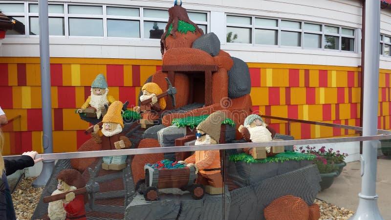 Скульптура Lego 7 карликов стоковое фото rf