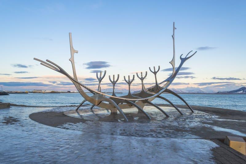 Скульптура Solfar или Voyager Солнця в Reykjavik стоковые фотографии rf