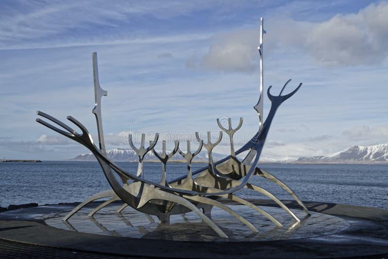 Скульптура voyager Солнця в Reykjavik стоковые изображения