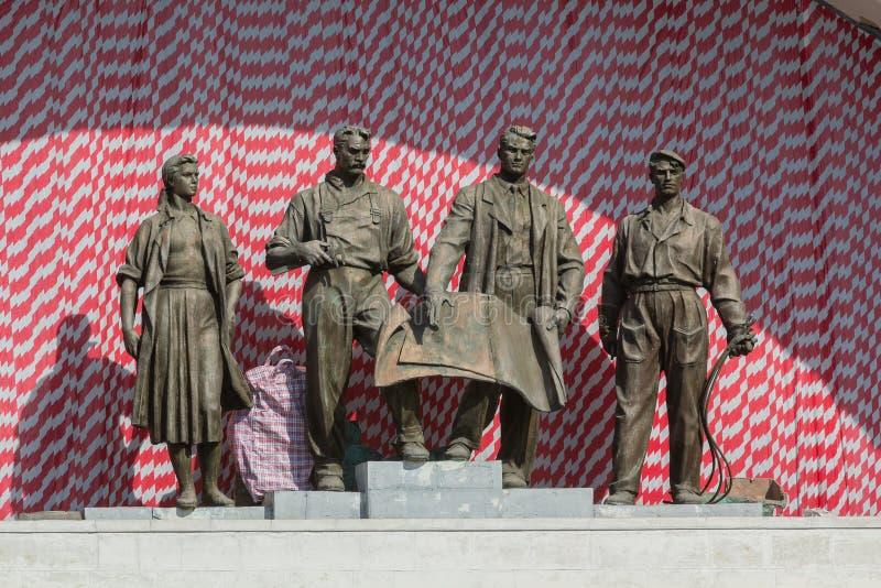 Скульптурная группа в составе советские времена Киев, Украин стоковая фотография