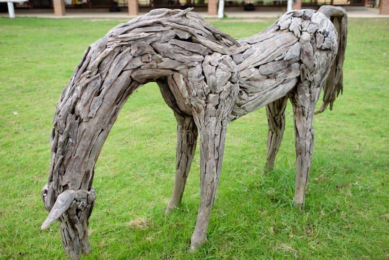 Скульптурное деревянное пребывание ранчо лошади на поле травы стоковая фотография rf