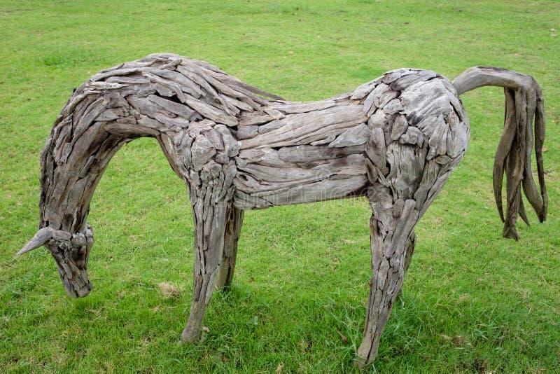 Скульптурное деревянное пребывание ранчо лошади на поле травы стоковое фото rf