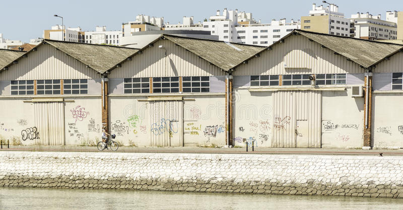 Склад берега реки смотря на портовый район стоковые фотографии rf