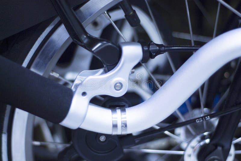 Складывая велосипед регулярного пассажира пригородных поездов города стоковые фотографии rf