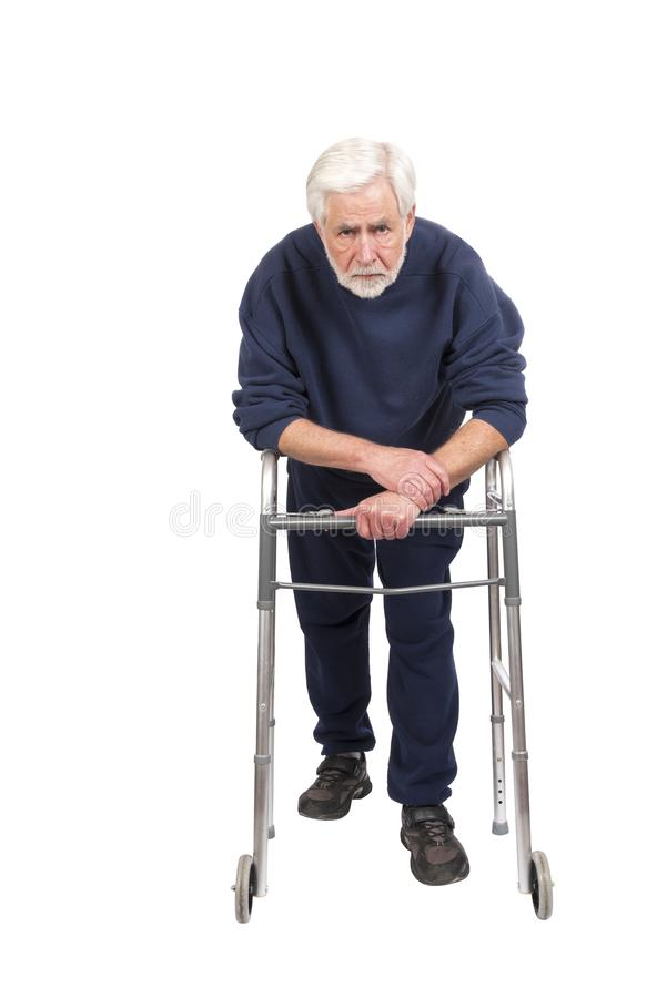 Слабый и обескураженный старик с ходоком изолированным на белизне стоковое фото
