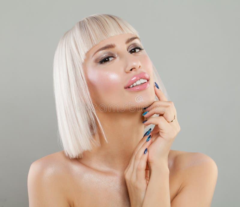 Славная белокурая дама с здоровой кожей, стилем причёсок Bob стоковые изображения