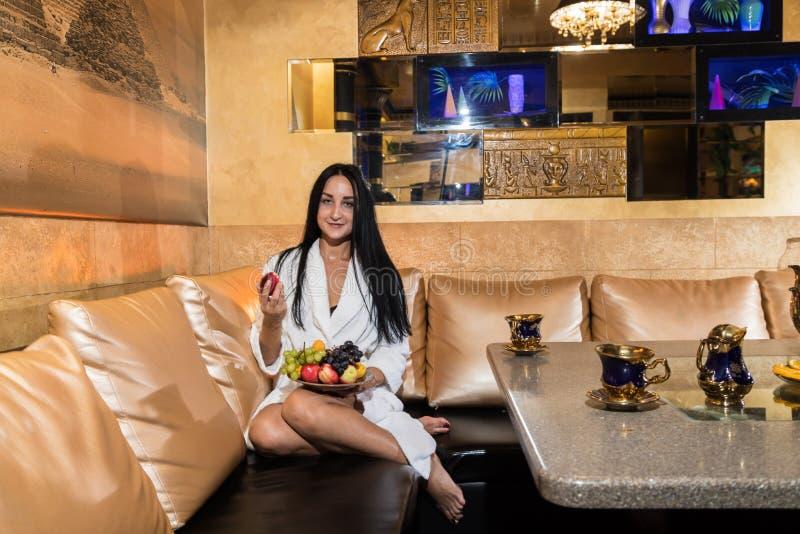 Славная девушка в красивой комнате на таблице в сауне стоковое изображение