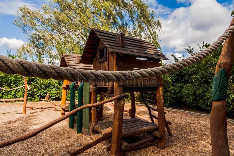 Славная деревянная спортивная площадка стоковые изображения