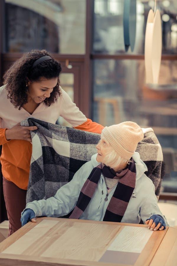 Славная добросердечная женщина заботя об ее госте стоковая фотография