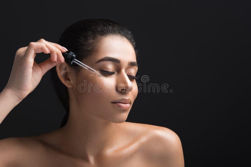 Славная женщина наслаждаясь лицевой обработкой стоковые фотографии rf
