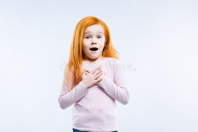 Славная красная с волосами девушка быть очень эмоциональный стоковая фотография rf