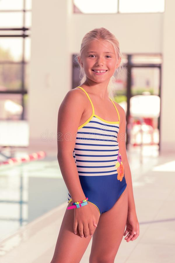 Славная маленькая девочка нося стильный купальник стоковое фото rf