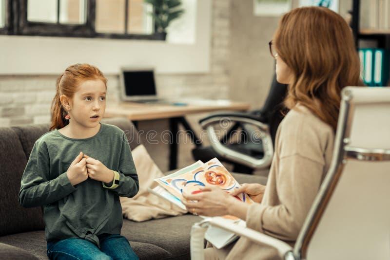Славная милая девушка говоря к ее доктору стоковые фото