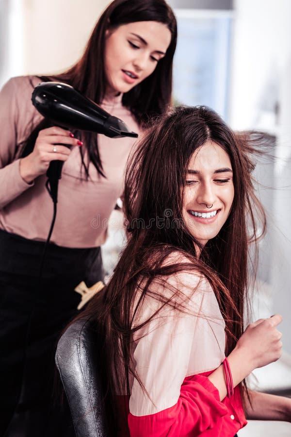 Славная положительная хорошая смотря женщина поворачивая ее голову стоковая фотография
