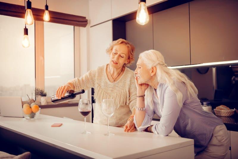 Славная радостная женщина полагаясь на таблице стоковые изображения rf