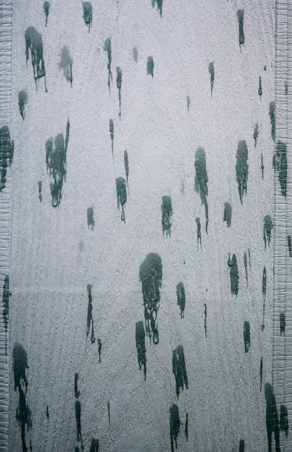 Славное фото предпосылки воды падает на зеленую поверхность стоковое изображение rf