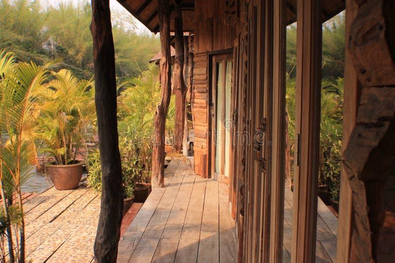 Славные винтажные деревянные стена/вилла бассейна двери стоковые изображения