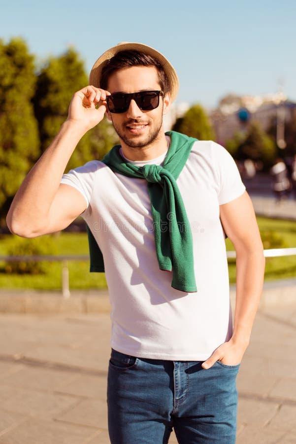 Славные выходные outdoors Молодой парень с щетинкой в солнечных очках, шляпой стоковое изображение rf