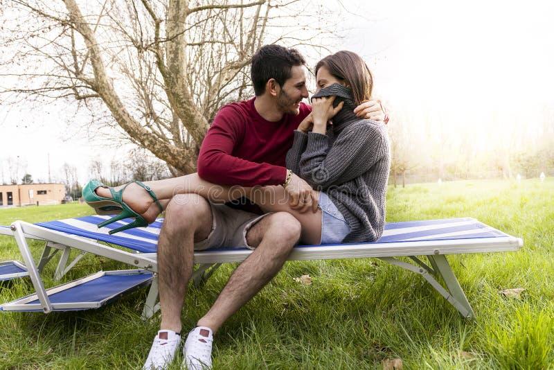 Славные парни пар ослабляя и обнимая сидеть стоковые фотографии rf