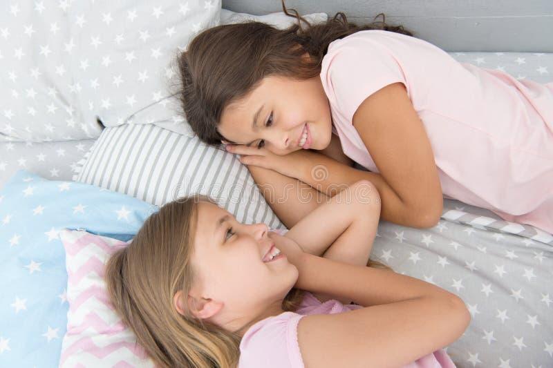 Славный вечер o Друзья детей Очаровывая милые дети имеют свободное время перед сном Лучшие други диалога стоковая фотография