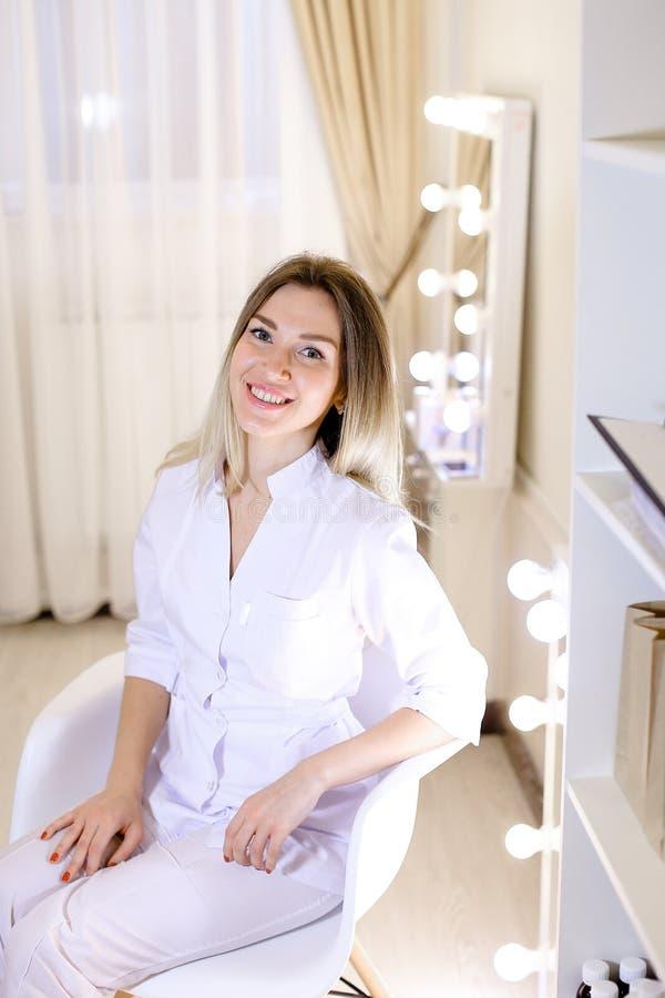 Славный женский семейный врач сидя на шкафе стоковая фотография rf
