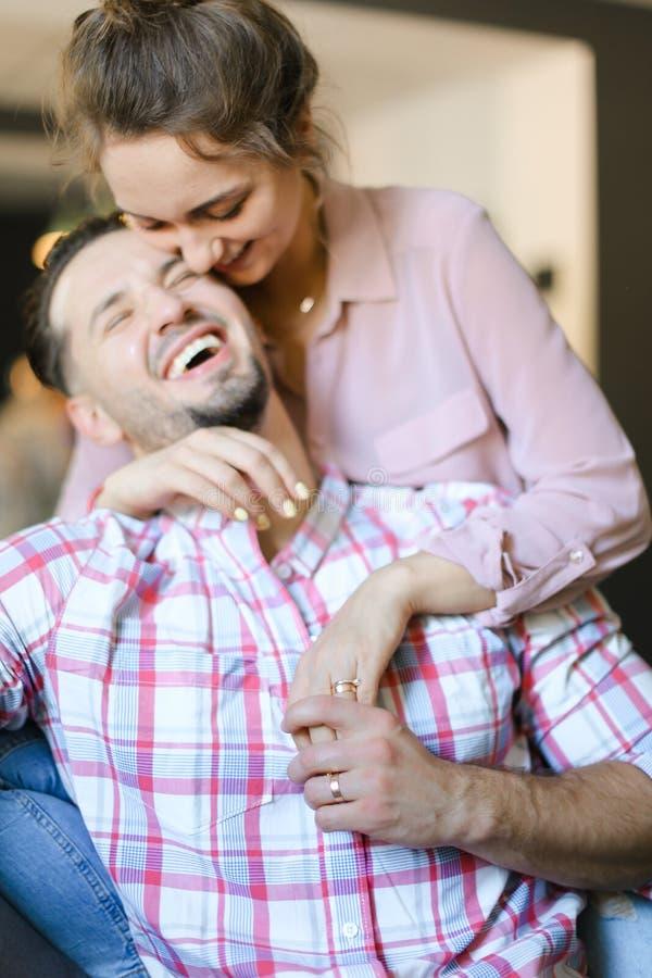 Славный женский человек целуя человека стоковые фотографии rf