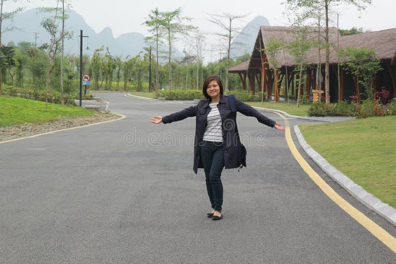 Славный ландшафт со стойкой женщины в славных дороге и ей очень счастлив стоковое изображение rf
