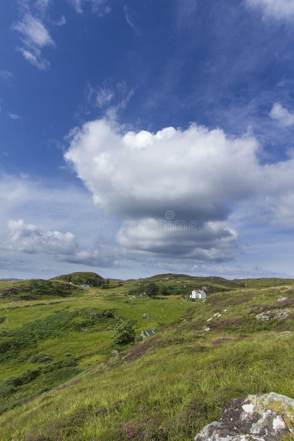 Славный ландшафт Шотландии холмистый с красивым облаком стоковые фото