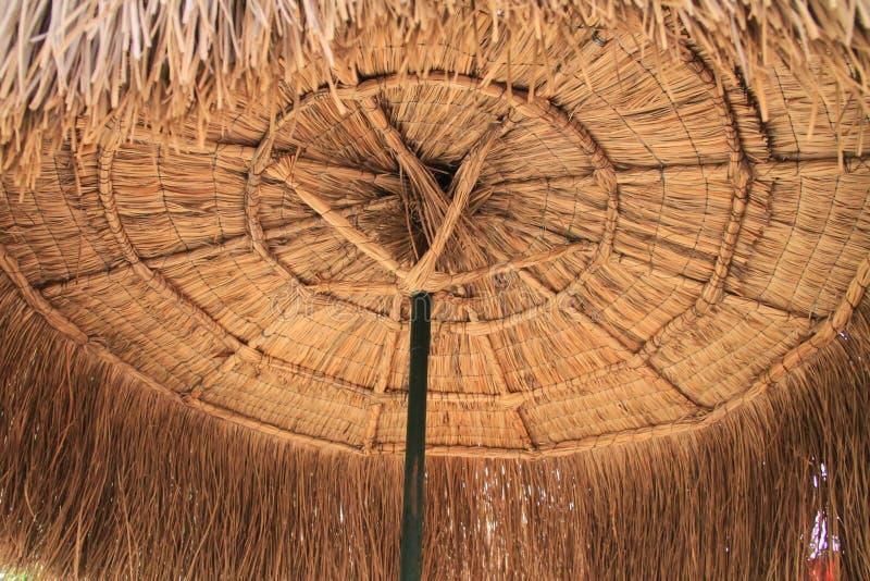 Славный плетеный фонд зонтика для пользы стоковое фото rf