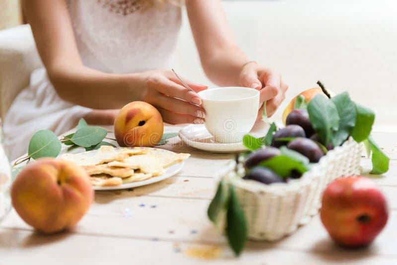 Славный свежий завтрак для маленькой девочки стоковые фотографии rf