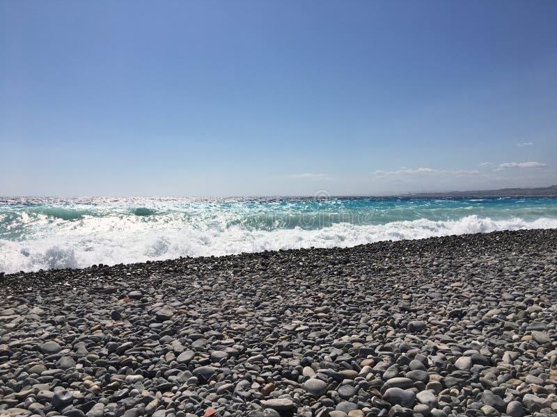 Славный скалистый пляж стоковая фотография rf