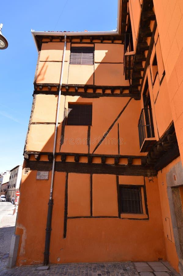 Славный средневековый апельсин здания стиля на одной из узких улиц Сеговии Перемещение истории архитектуры стоковое изображение rf