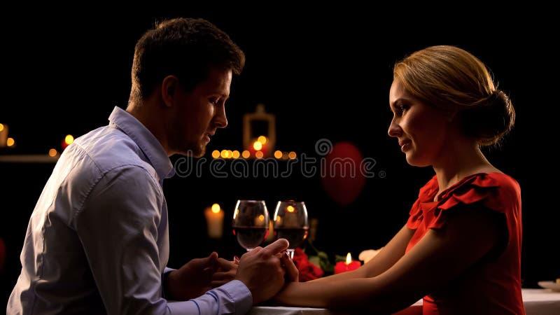 Славный супруг и жена имея романтичный обедающий в ресторане, ночи для 2 стоковые изображения