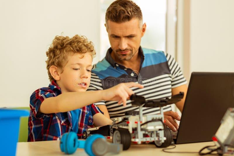 Славный умный молодой мальчик изучая информационную технологию стоковые изображения rf