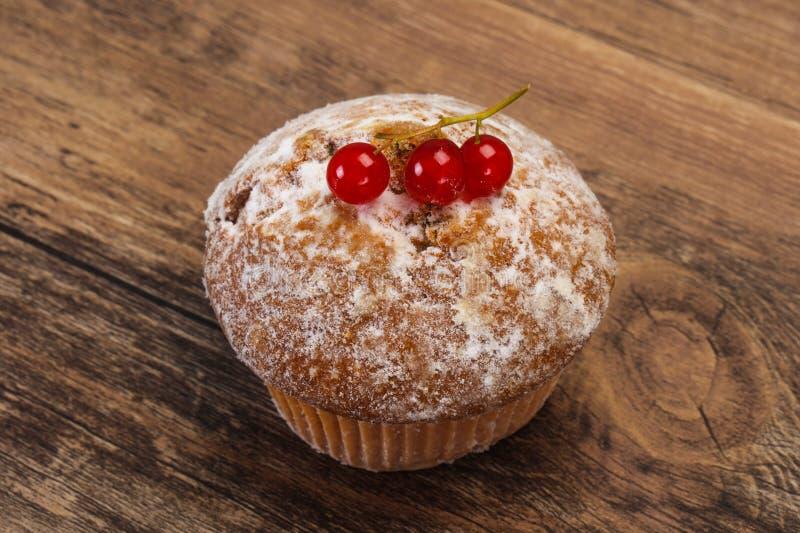 Сладкая вкусная булочка с красными смородинами стоковые изображения rf
