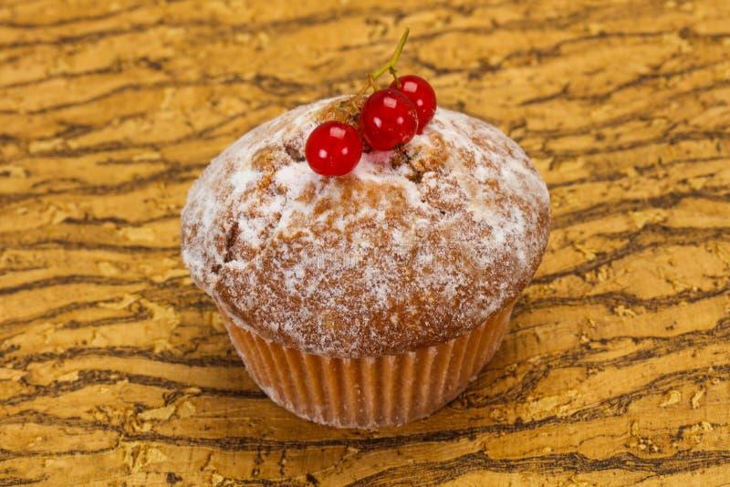 Сладкая вкусная булочка с красными смородинами стоковые изображения