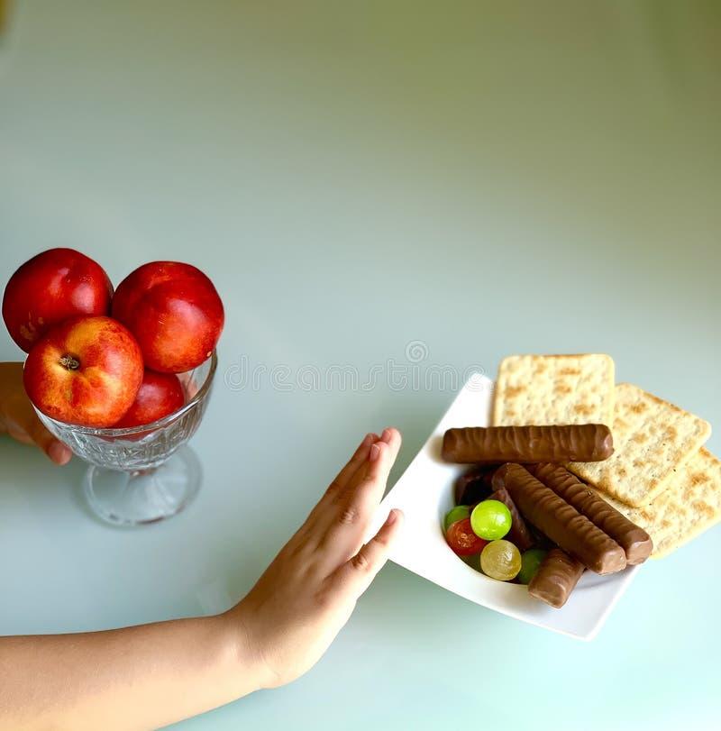 Сладкая еда на таблице, персики Еда в руке стоковое изображение
