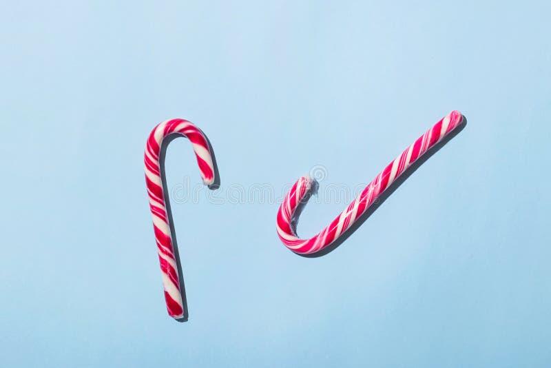 Сладкие красные белые ручки конфеты лежат в форме сердца Концепция рождества стоковая фотография rf