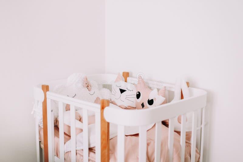 Сладкие украшения комнаты питомника для ребенка Уютная спальня детей в скандинавском стиле с покрашенными декоративными подушками стоковая фотография rf
