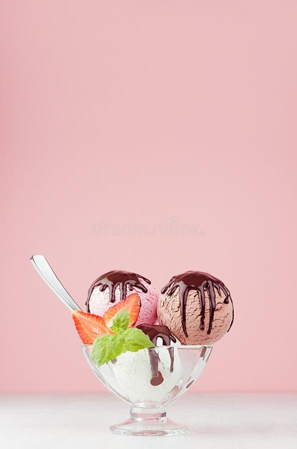 Сладкий десерт - мороженое черпает различный вкус с ложкой, кусками клубники, мятой, соусом шоколада в шаре в современное стильно стоковая фотография rf
