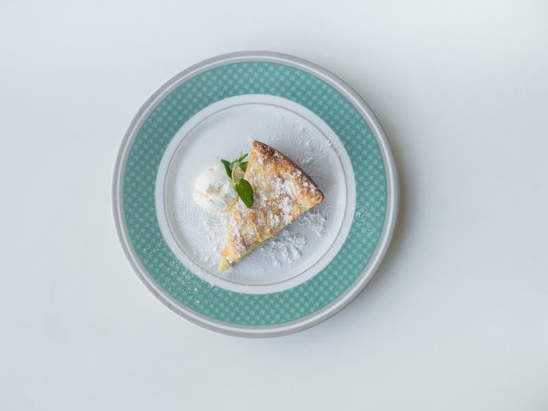 Сладкий десерт: Яблочный пирог с мороженым на плите Взгляд сверху стоковое изображение