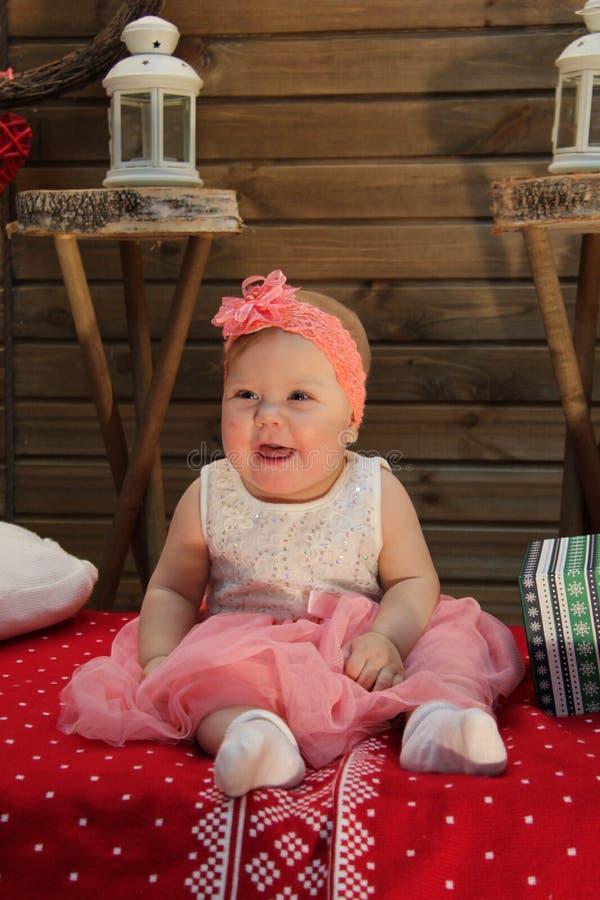 Сладкий младенец на красном одеяле стоковая фотография rf